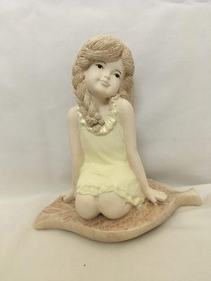 Ülő kislány angyal sárga ruha